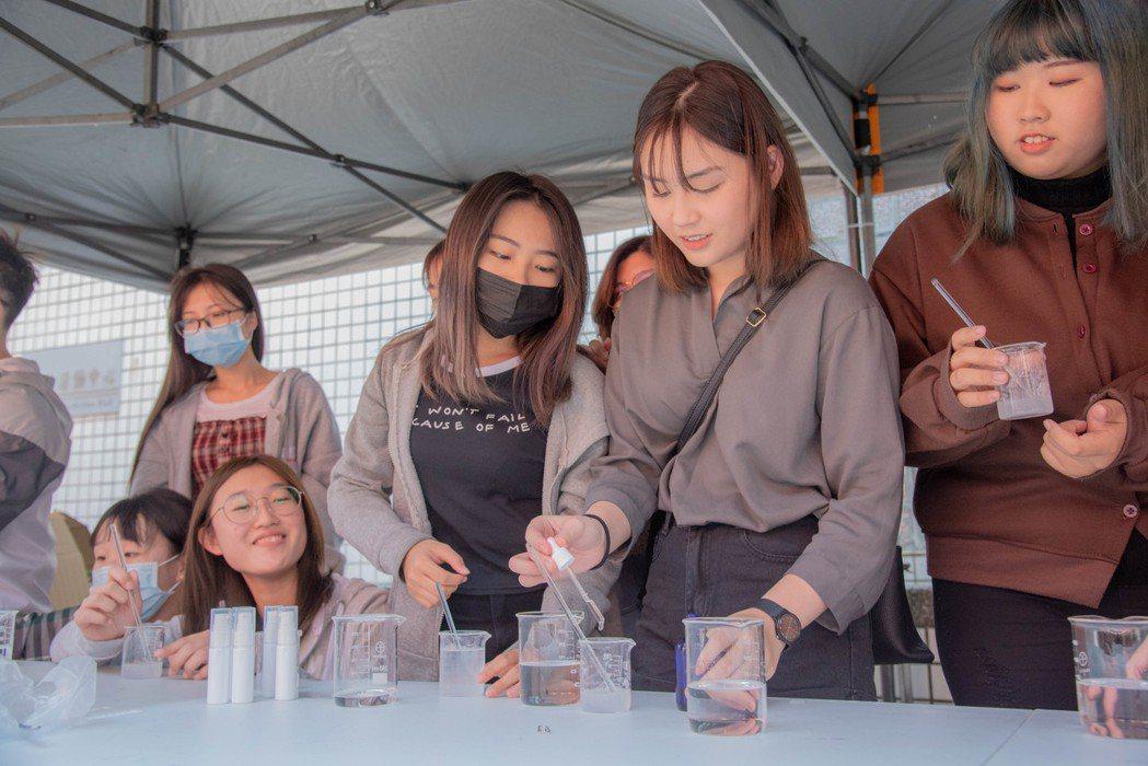 嘉藥學生一同志做乾洗手防疫守護健康。 嘉藥/提供