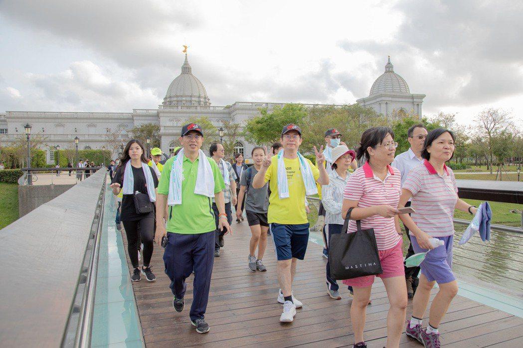 嘉藥校長楊朝成與主秘謝振裕(左起)率領教職員生一同健走到奇美。 嘉藥/提供