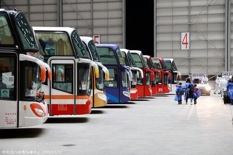 中央流行疫情指揮中心安排救護車10輛及遊覽車22輛於桃園機場待命,以協助返台旅客...