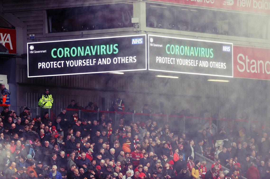 英超足球賽日前在看板上打出疫情警訊「新型冠狀病毒:保護自己也保護別人」;但在人擠...