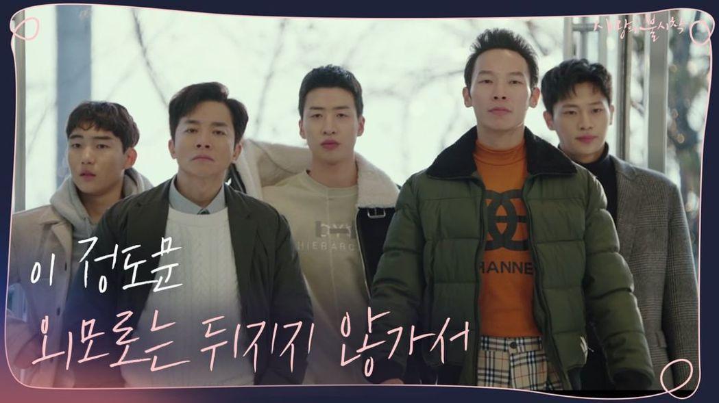 劇中擔任竊聽員「鄭萬福」(金永敏飾演,左二)。圖/擷自instagram。