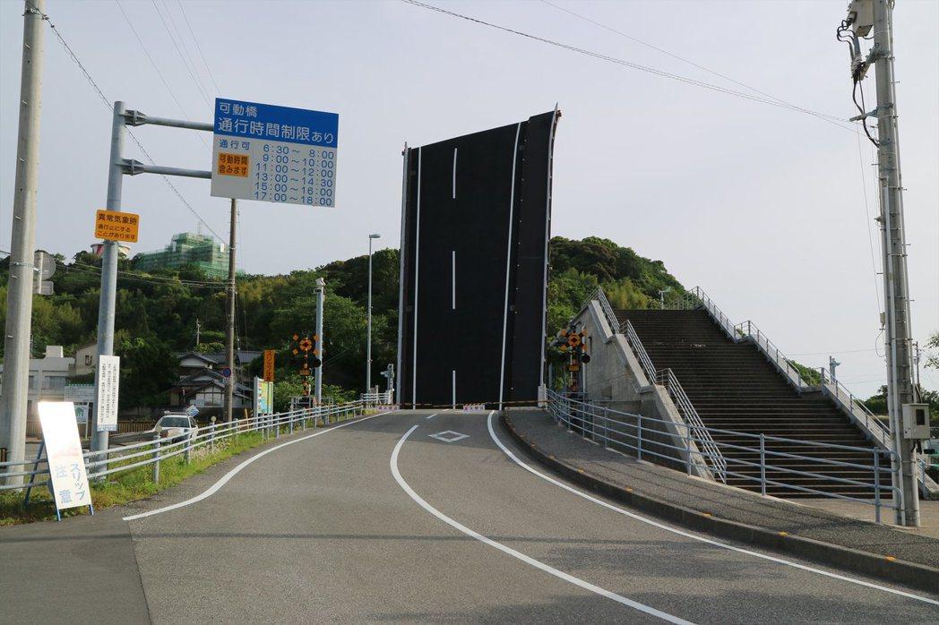 手結港可動橋升起時的狀態。 圖擷自@ta_s301