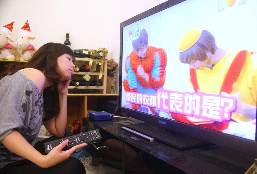 醫師提醒,熟齡女只願窩在沙發上看電視,小心肌少症上身。 圖/本報資料照片