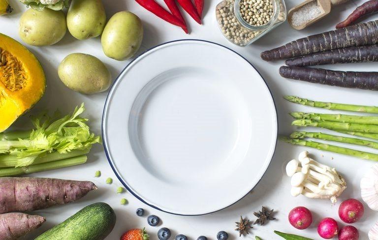 營養師指出,理論上只要限制進食時間,就能減少熱量攝取,但如果在正餐間吃點心喝飲料...
