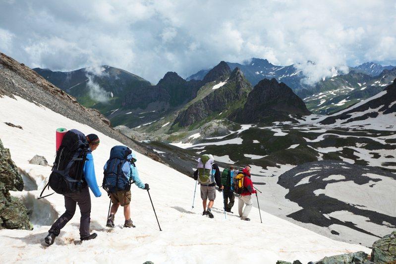 聖母峰去年登山季爆出數百名登山客鉤在同一條安全鎖上排隊,造成氧氣瓶不斷減少,數人死亡,登山客必須跨過死者屍體才能繼續攀爬。圖/ingimage