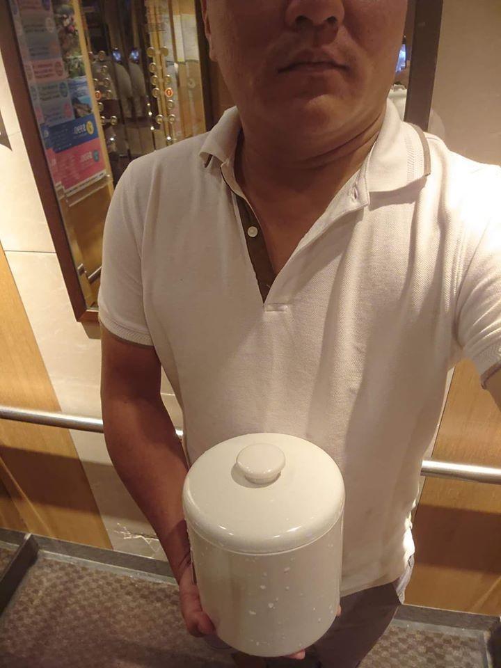 一名網友日前入住一家飯店,卻發現房間裡提供的冰塊桶顏色和造型都讓人看了覺得很詭異。 圖/翻攝自爆笑公社