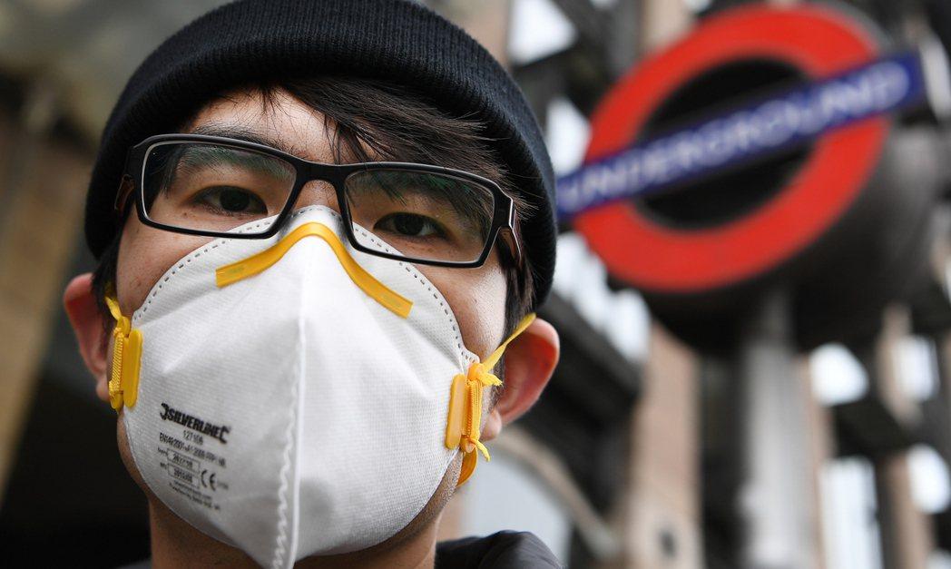 許多走在倫敦街頭的東方人,在戴上口罩前會擔心受到歧視。 (歐新社)