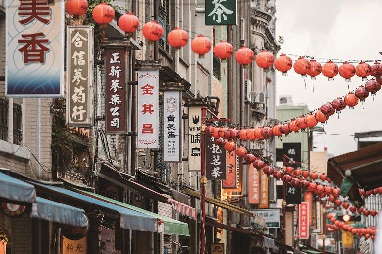 配合街區規範,大稻埕店家將招牌規格統一,招牌上的文字則保留原本多樣的風貌。 圖/林軒朗