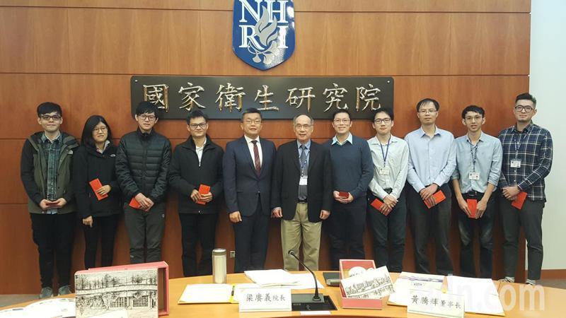 立法院副院長蔡其昌(左五)、國家衛生研究院院長梁賡義(左六)表揚研究團隊人員。記者胡蓬生/攝影