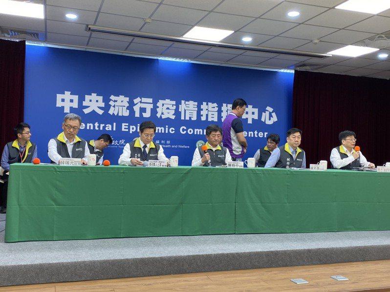 指揮中心副指揮官陳宗彥(右二)表示,有關清明祭祖部分,內政部已與各縣市政府溝通,主要以分流方式鼓勵大家。記者簡浩正/攝影