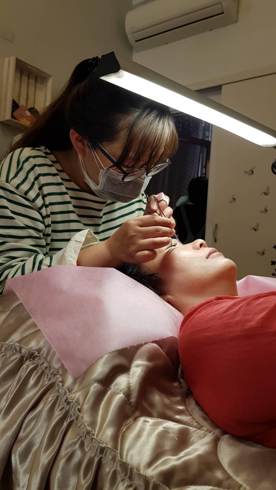 35歲的飛鈴是一位美睫師,技能專業。圖/飛鈴提供