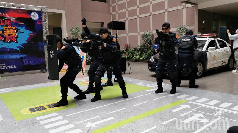嘉義市霹靂小組今天在市警察局戰技演練。記者卜敏正/攝影