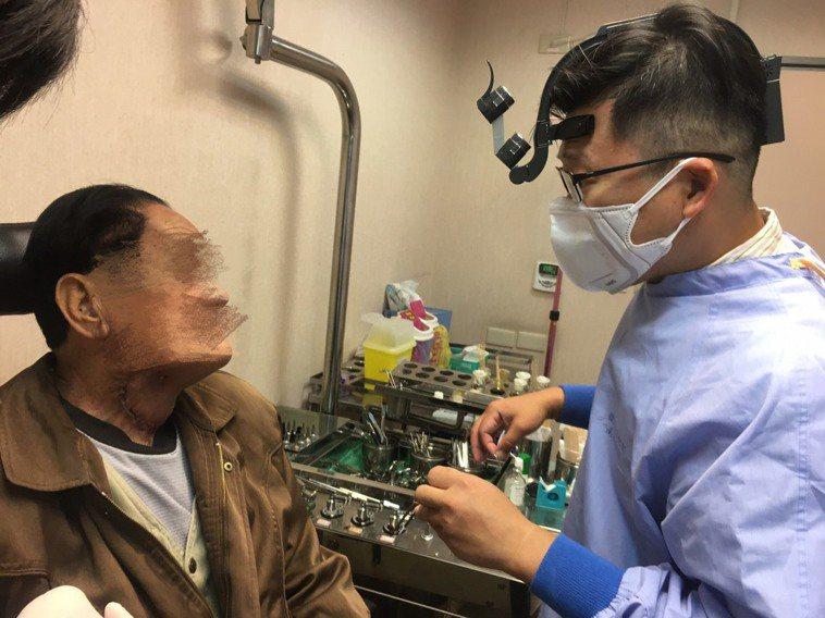 新冠肺炎疫情延燒,有病患擔心到醫院容易感染,不敢就醫使用暖暖包復健,卻導致燙傷。...