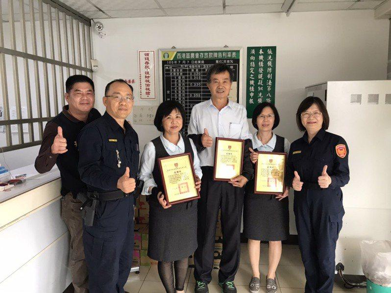 佳里警分局長斯儀仙(右)致贈感謝狀給勸阻詐諞有功的金融機構行員。記者吳淑玲/翻攝