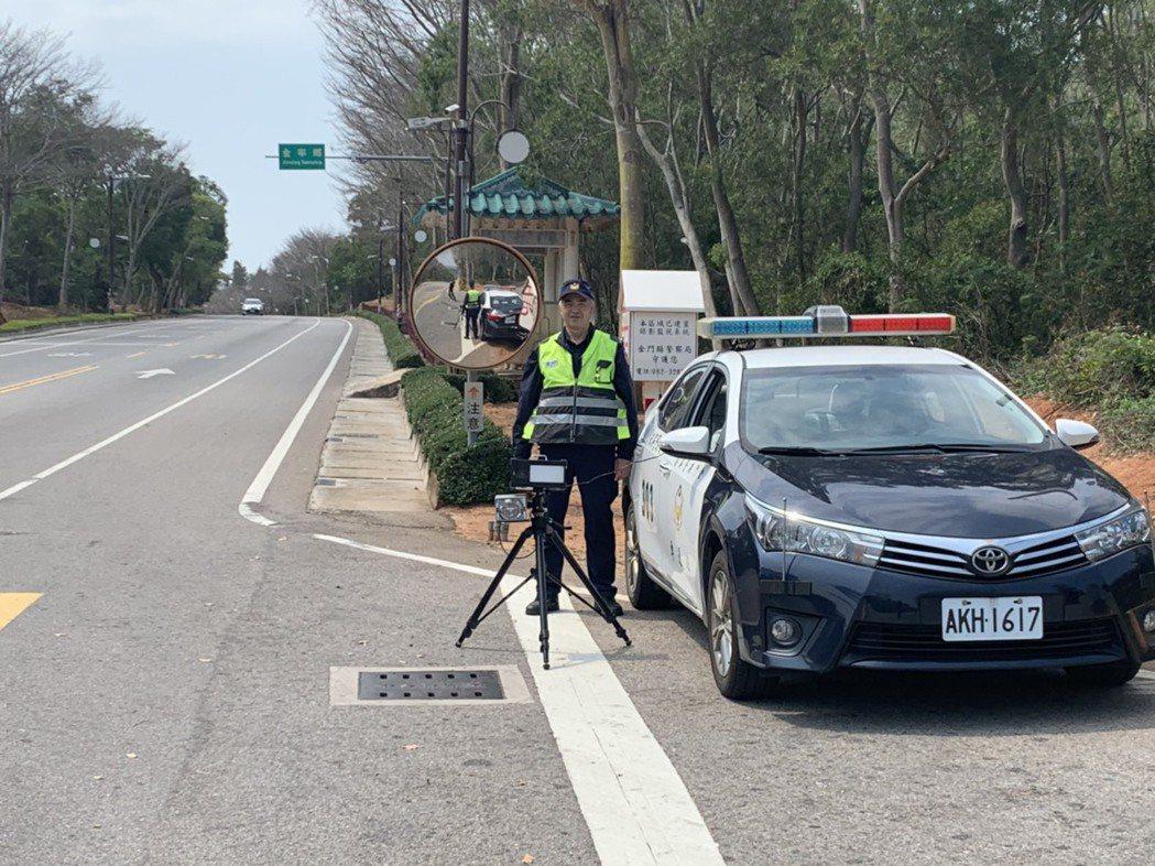 金門縣警察局交通隊最近進行科技執法,使用「雷達移動式測速設備」,專抓開快車。圖/...