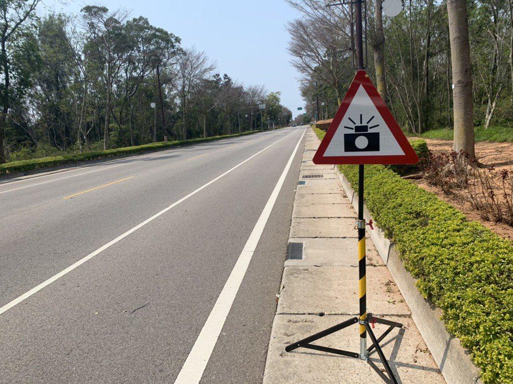 金警交通隊最近出動迷你版的測速照相機,在路旁值勤,加強取締超速。圖/金門縣警察交...