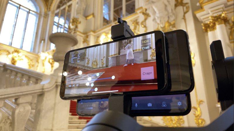 團隊更為此拍攝計劃開發了一款全新App「Catch」,讓攝影師可透過Apple Watch遙控iPhone拍攝時的 ISO、白平衡、對焦等設定。圖/蘋果提供