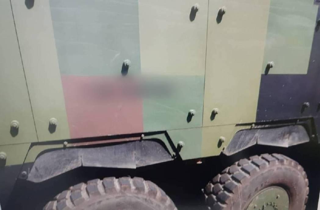 事故造成汽車前方擋風玻璃及右側前後車門嚴重損毀,裝甲車卻幾乎毫髮無傷。記者高宇震...