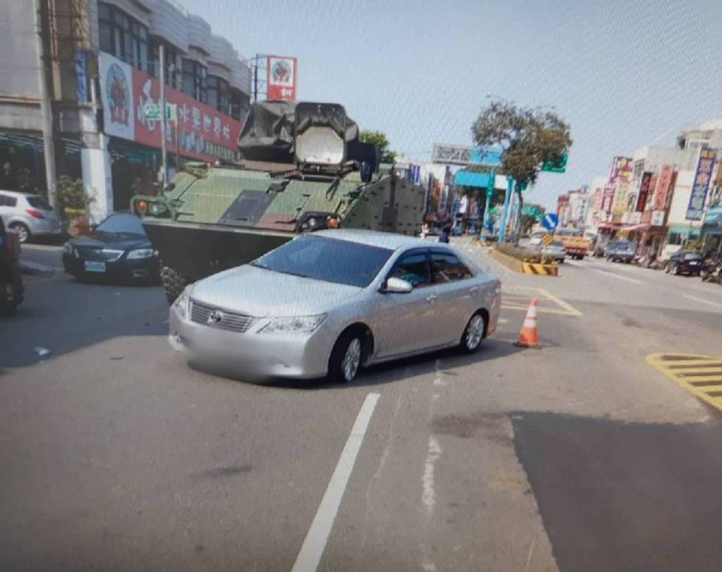 桃園市楊梅區中山北路一段,今天早上10點左右,發生一起汽車與陸軍269旅雲豹裝甲...