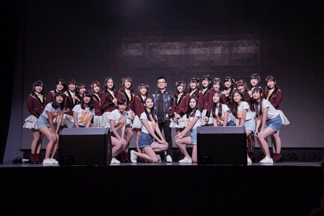 女團「AKB48 Team TP」去年加入二期生(前排),中為老闆陳子鴻。圖/好...