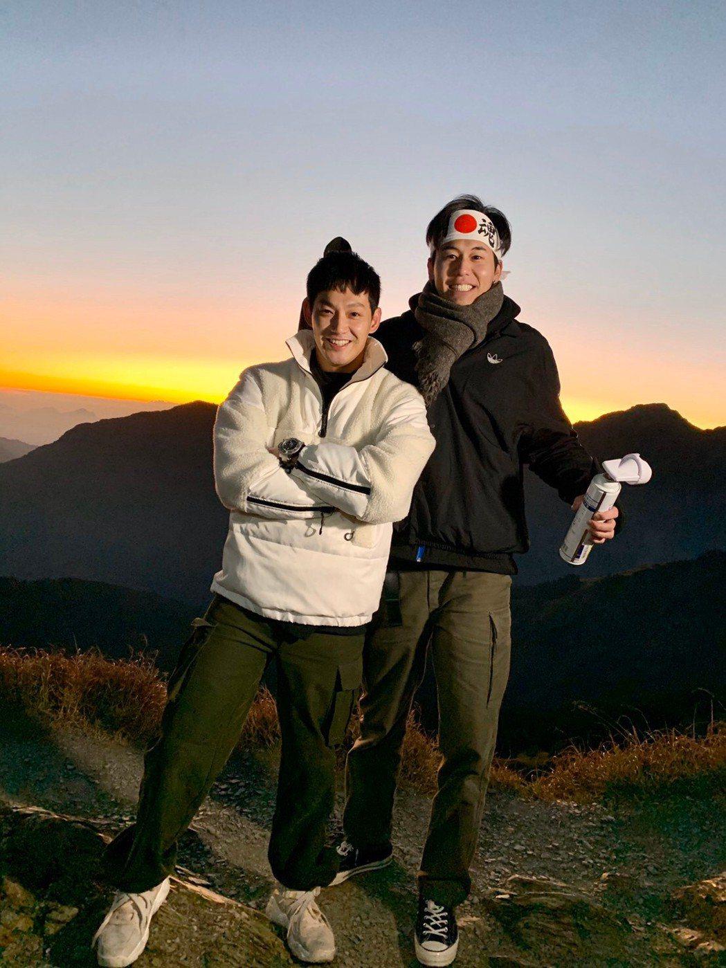 威廉(左)和風田未戰玉山前,先攻合歡山來測試自己的體能。圖/TVBS提供