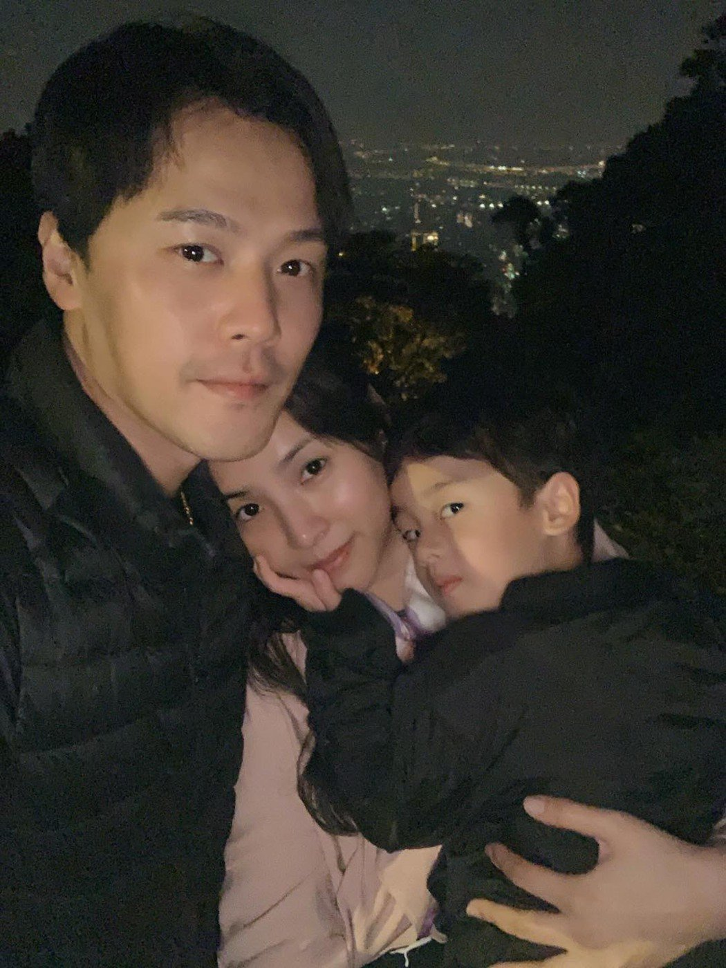 黃文星帶妻兒上陽明山看夜景。圖/擷自臉書