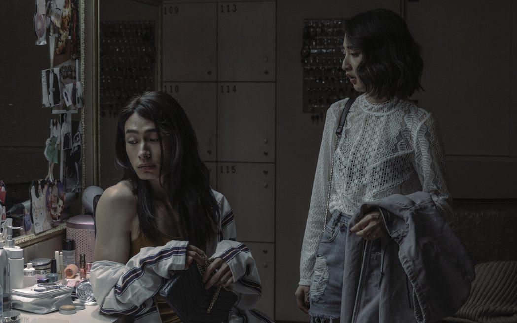 黃河(左)、李沐在「誰是被害者」戲中是酒店同事關係。圖/Netflix提供