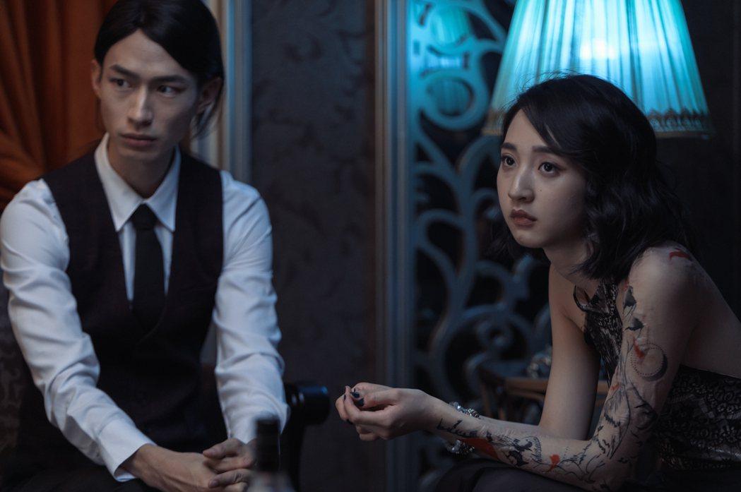 黃河(左)在「誰是被害者」戲中飾演酒店少爺,與李沐有不少對手戲。圖/Netfli...