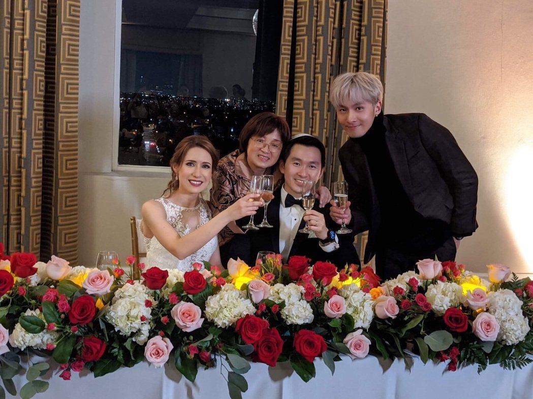 張雁名(右起)日前和媽媽赴洛杉磯參加弟弟、弟媳的婚禮,一家人團聚非常開心。圖/伊...