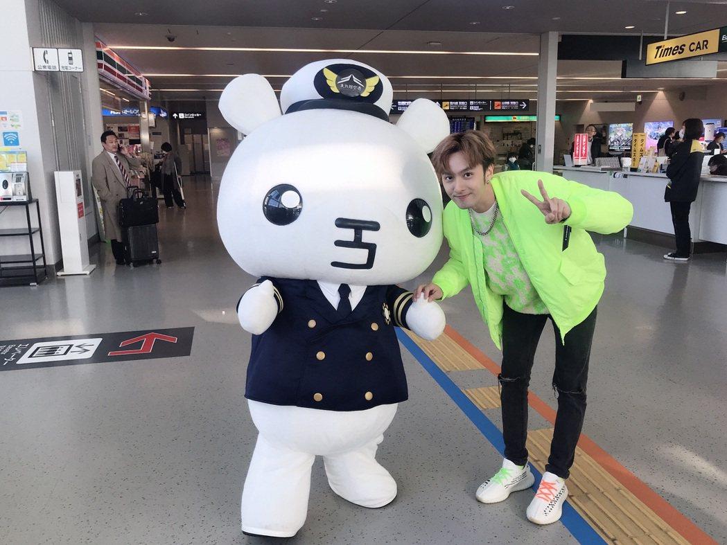 張雁名和北九州空港吉祥物。圖/伊林娛樂提供