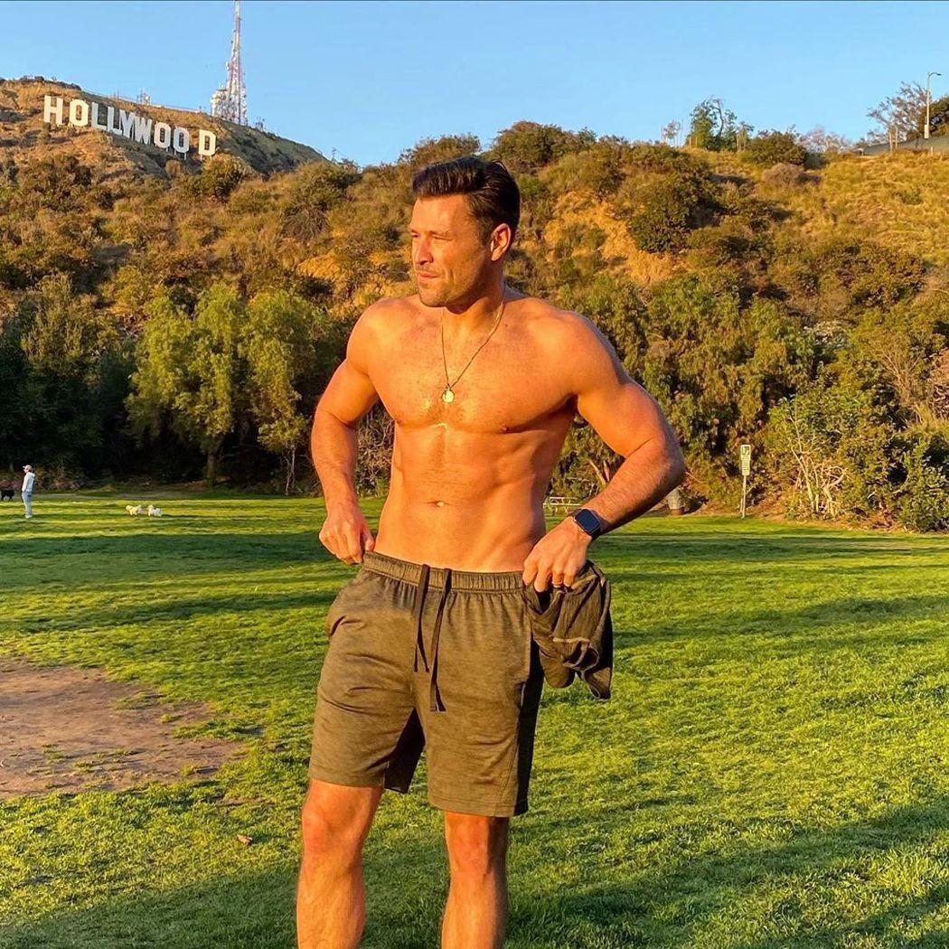 馬克萊特在著名的好萊塢標誌下秀身材。圖/摘自Instagram
