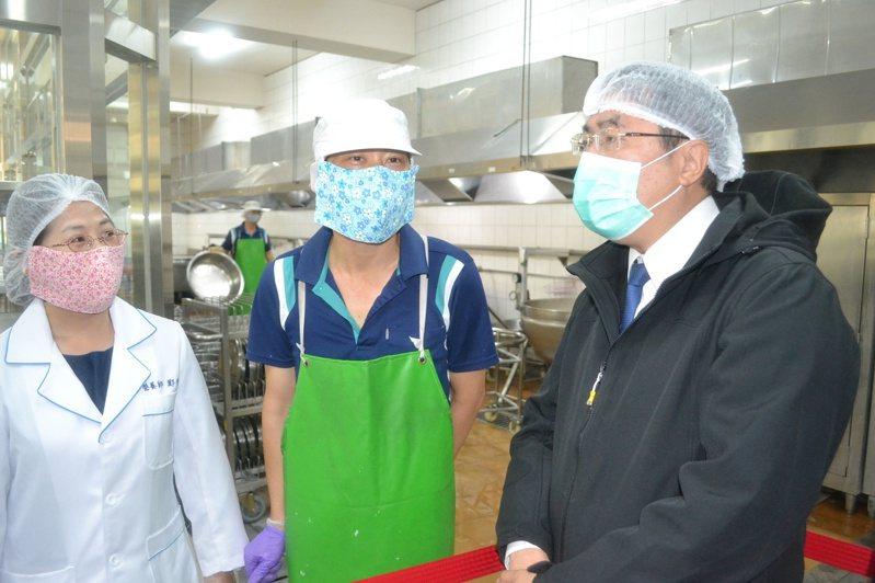 台南市長黃偉哲(左一)昨天到開元國小中央廚房,了解午餐製備的衛生與安全。記者鄭惠仁/攝影
