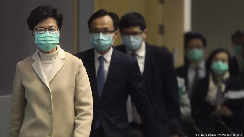 港府指外國政府不應干預香港內部事務,林鄭月娥又以抗疫為由暫停「獨立檢討委員會」有關工作,回應警方暴行時則指前線警員壓力大,呼籲外界包容。圖/德國之聲中文網
