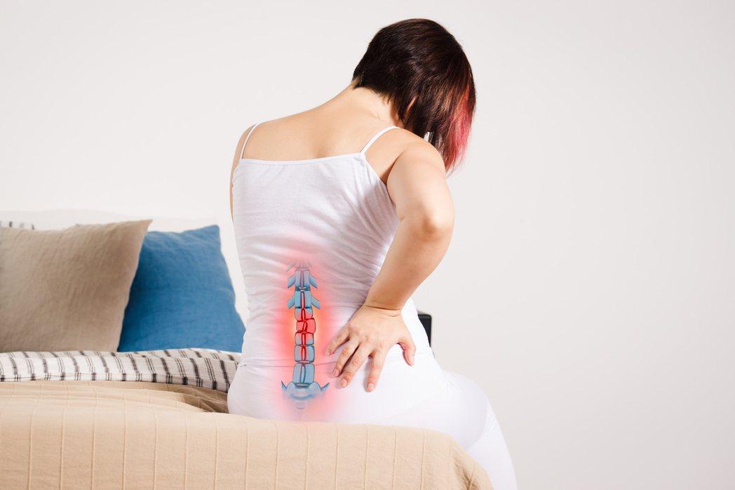 晚期肺癌約有四成會轉移至骨頭,最常見擴散的部位為脊椎、髖關節與大腿骨。 圖/12...