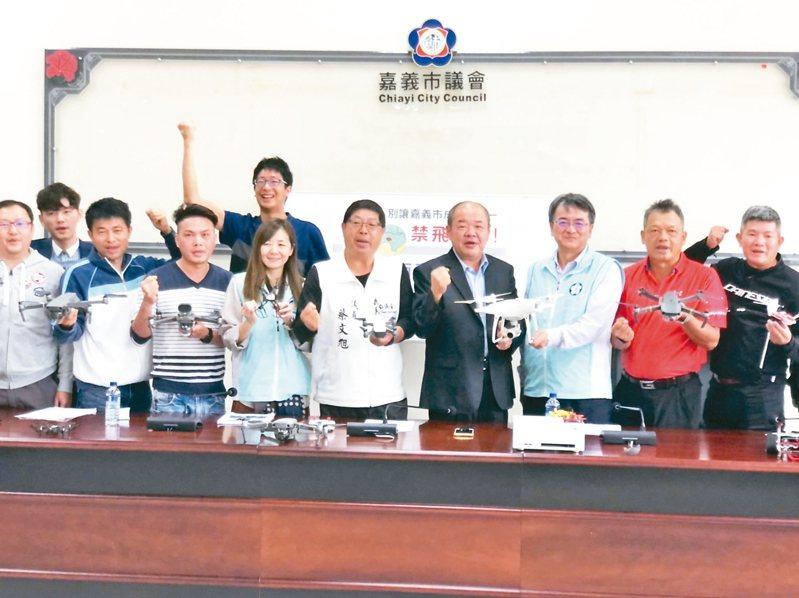 嘉義市議長莊豐安(右四)、市議員蔡文旭(右五)邀請無人機玩家談心聲。 記者李承穎/攝影