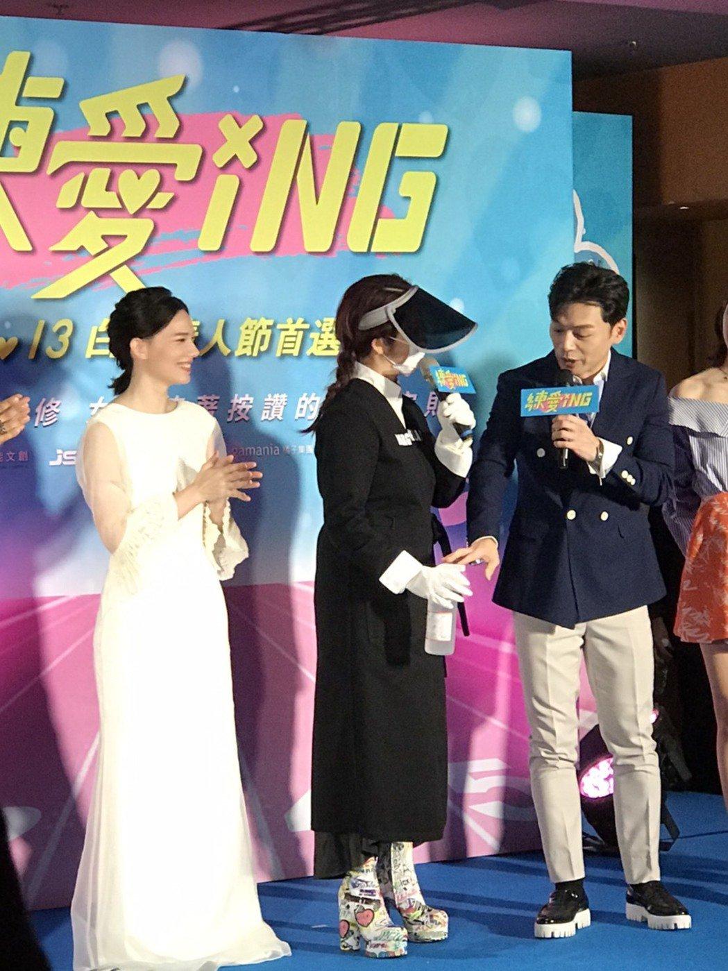 陶晶瑩(中)全副武裝出席首映。記者黃保慧/攝影