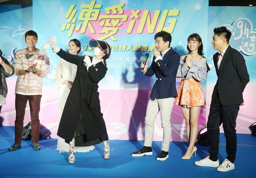 由林暐恆(阿KEN)導演的電影《練愛iNG》舉行首映會,演員紀培慧、 彭小刀、陳...