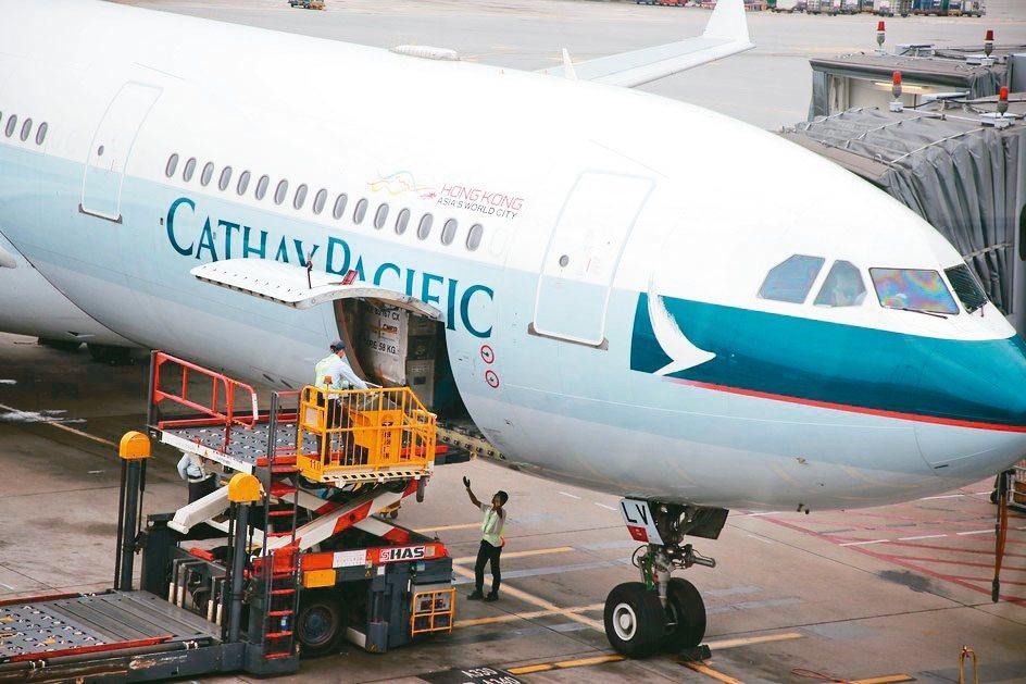 國泰航空去年淨利大減27.9%,由於新冠肺炎疫情衝擊,公司預估今年上半年恐將出現...