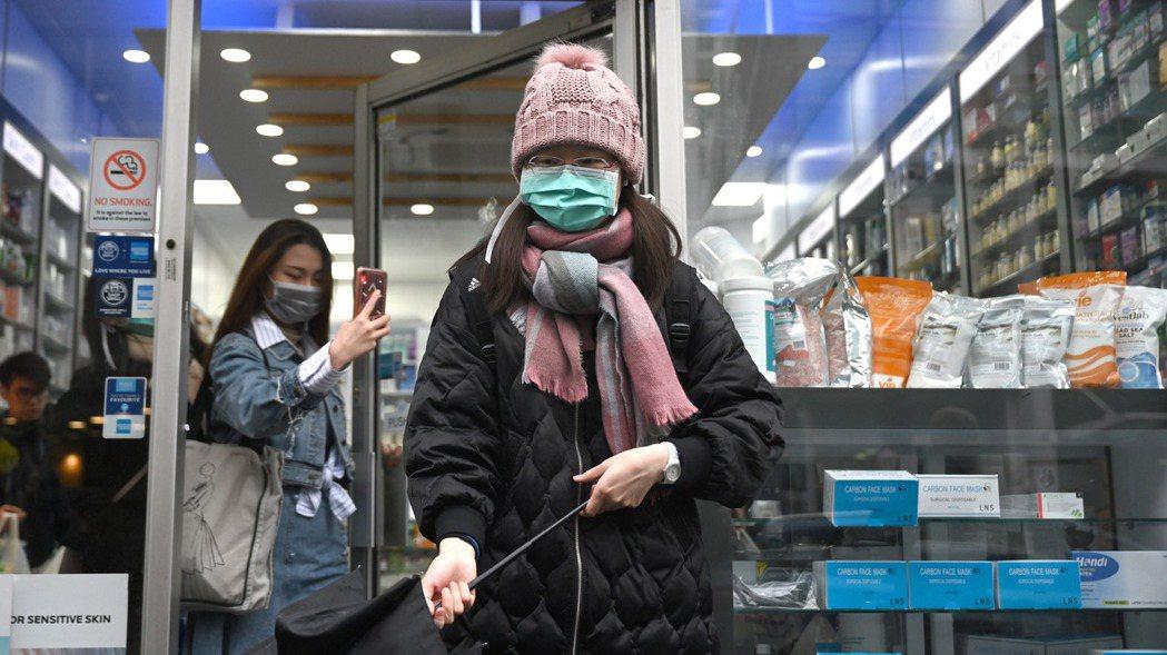 圖為英國倫敦民眾戴口罩上街。 歐新社