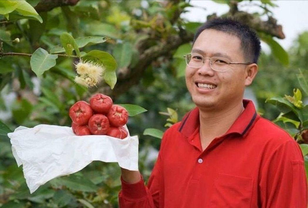 第一屆百大青農蔡協良施用生技金旺特43號後種出的蓮霧品質更加甜美優質 台肥公司/...