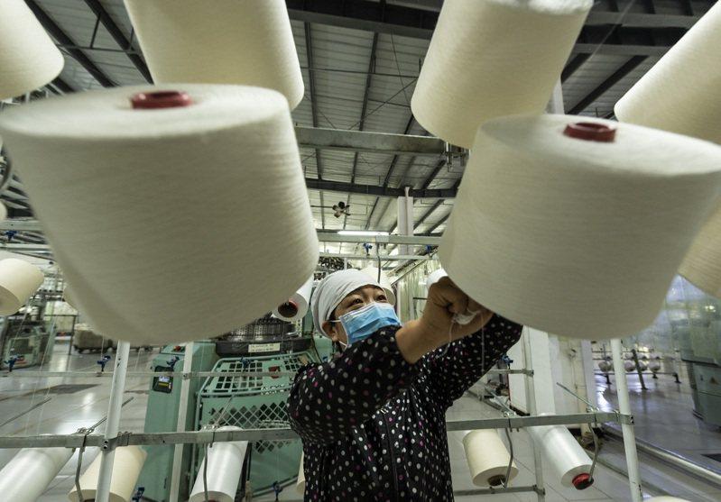 湖北省秭歸縣近日逐步有序復工復產,當地企業吸納農村剩餘勞動力就業。 (新華社)