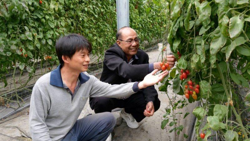 滿腦子都是美麗詩詞意境的賴志昇(左)捨棄百萬科技業高薪,返鄉從事友善耕種,他相信...