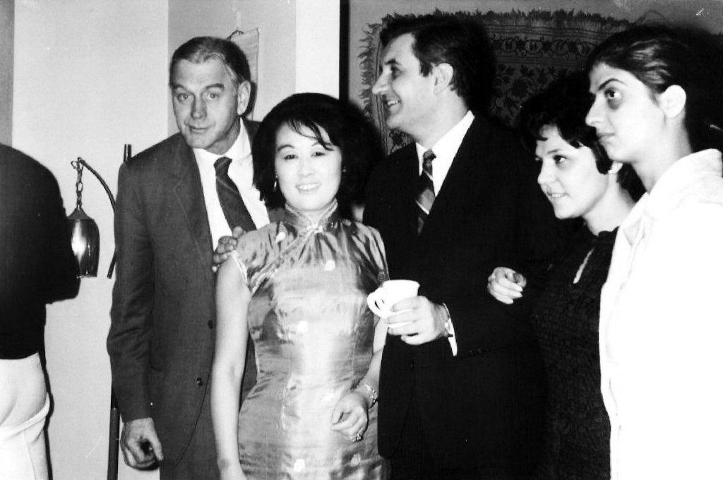 1969年愛荷華作家晚會,左起:安格爾、聶華苓、易法素克、泰皓瑞、荻塔。 圖/聶華苓提供