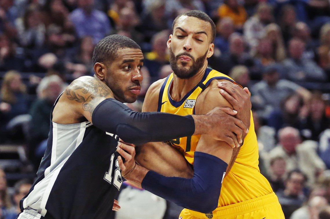NBA籃球聯盟11日晚間,正式因疫情問題而宣布「無限期停賽」。圖右為Rudy G...