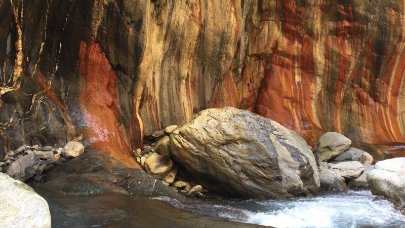 霧台大武部落有「雲豹之湯」美名的哈尤溪溫泉,以高聳的五彩岩壁與清澈見底的溪水,相...