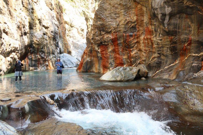 哈尤溪秘境的七彩岩壁見證大自然的鬼斧神工。 圖/本報資料照片