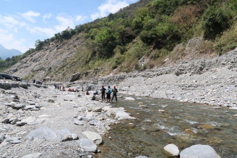 進入哈尤溪須搭車加徒步溯溪而上。 圖/本報資料照片