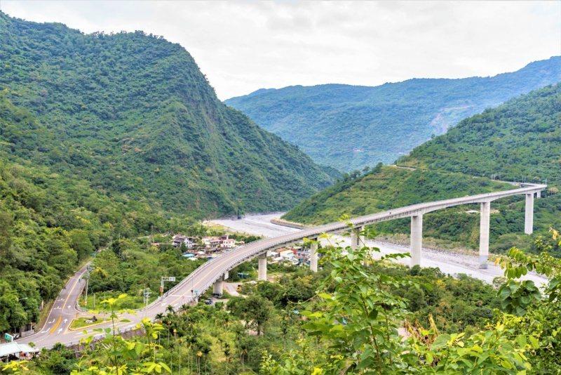 102年改建完成的霧台谷川大橋,高聳的橋墩蜿蜒曲折,宛如蒼龍凌雲空谷青山,高99...