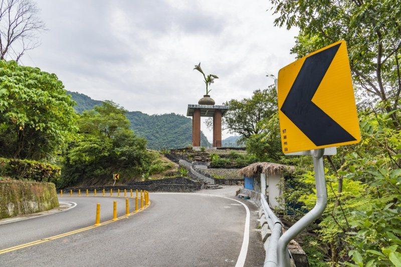 台24線霧台公路上由原鄉工藝師創作的百合花裝飾藝術,刻劃部落與公路的共同記憶。 ...