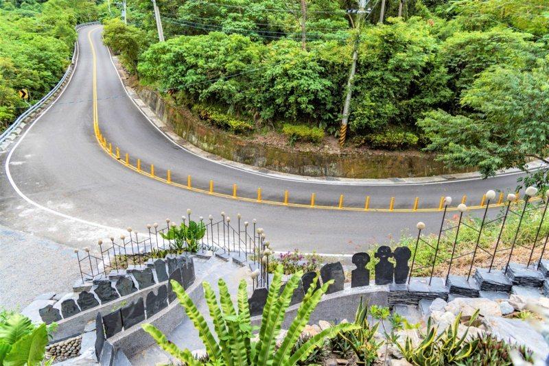 台24線霧台公路由原鄉陶藝家雷斌指導在地師生創作陶板,搭配石板鑲在公路護欄。 圖...